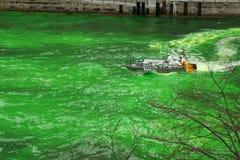 Tingindo o rio de Chicago no dia do St. Patrick Imagem de Stock Royalty Free