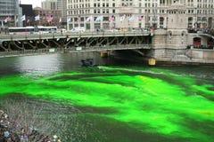 Tingindo o rio de Chicago no dia do St. Patrick Foto de Stock Royalty Free