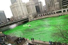 Tingindo o rio de Chicago no dia do St. Patrick Foto de Stock