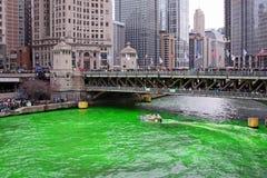 Tingindo o verde do rio de Chicago fotografia de stock