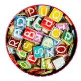 Tinhoogtepunt van kleurrijke met de hand gemaakte ceramische brieven Stock Afbeelding