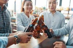 Tinido asiático dos amigos com garrafas Foto de Stock Royalty Free