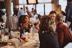 Tinido dos povos do brinde da celebração no restaurante do casamento fotografia de stock royalty free
