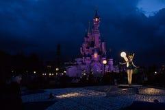 Tinkerbell na frente do castelo Imagens de Stock Royalty Free