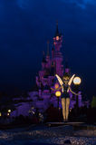 Tinkerbell na frente do castelo Fotografia de Stock Royalty Free