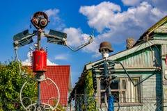 Tinkovo, Rusland - Augustus 2018: Eigengemaakte beeldhouwwerken van huisvuil royalty-vrije stock foto