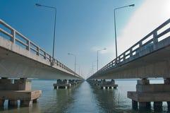 Tinnasulanonn bro på Koh Yo i den Songkhla staden Fotografering för Bildbyråer