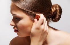 tinnitus Closeupen upp sjukt kvinnligt för sidoprofil ha örat smärtar att trycka på hennes smärtsamma huvud som isoleras på blå b royaltyfri bild
