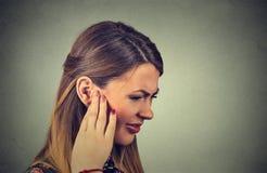 tinnitus kranke junge Frau, welche die Ohrschmerz berühren ihren schmerzlichen Kopf hat stockbilder