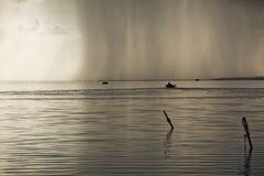 Tinny Boots-Ausgangssonnenuntergang-Lagune Stockfoto