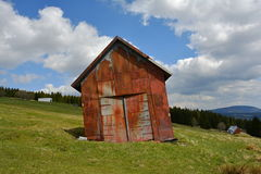 Tinny Rusty Barn (Hütte) auf Bergwiese, Tschechische Republik, Europa stockfoto