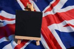 Tinny Tafel auf Flagge Vereinigten Königreichs mit Kopienraum lizenzfreie stockfotografie