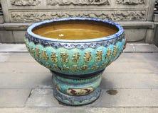 tino cinese dell'acqua della porcellana di traditonal con i caratteri cinesi, grande barattolo classico dell'acqua con i modelli  Fotografia Stock