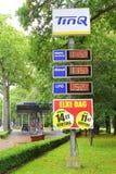 TinQ bensinstation i skogen, Nederländerna Arkivfoton