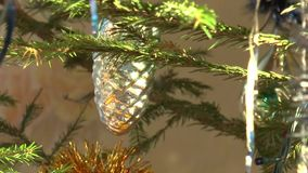 tinsel στο χριστουγεννιάτικο δέντρο και τα εορταστικά μπαλόνια απόθεμα βίντεο