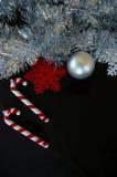 Tinsel σύνθεσης διακοσμήσεων Χριστουγέννων κάλαμος και snowflake καραμελών μπιχλιμπιδιών Στοκ φωτογραφία με δικαίωμα ελεύθερης χρήσης