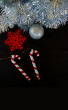 Tinsel σύνθεσης διακοσμήσεων Χριστουγέννων snowflake μπιχλιμπίδι και κάλαμος καραμελών Στοκ φωτογραφία με δικαίωμα ελεύθερης χρήσης
