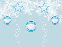 Tinsel Χριστουγέννων στο ανοικτό μπλε υπόβαθρο Στοκ φωτογραφία με δικαίωμα ελεύθερης χρήσης