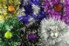 Υπόβαθρο φιαγμένο από σφαίρες και tinsel Χριστουγέννων στοκ εικόνα