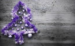 Tinsel Christmas Tree roxa, espaço da cópia foto de stock royalty free