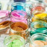 tinsel shimmer Για το makeup, το μανικιούρ και τη διακόσμηση των ενδυμάτων όμορφος φωτεινός ανασκόπη Καλλυντικό, προϊόντα ομορφιά στοκ εικόνες
