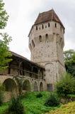 Tinsmithss torn och musketörers passage i Sighisoara, Rumänien Arkivbilder