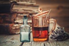Tint of gezonde thee in glas, flesje van homeopathische druppeltjes, royalty-vrije stock foto's