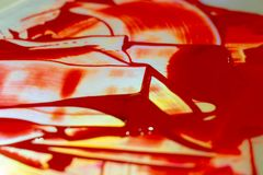 Tint rode acrylverf op glanslijst Palet op lijst Het kunstenaarsleven royalty-vrije stock fotografie