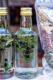 Tint van jeneverbes Eigengemaakte alcoholische drank De remedie van het huis stock foto