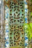 TINT, VIETNAM, 28 April, 2018: Fragment van een oude muur met een oud decoratief element vietnam stock foto