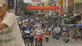 TINT, VIETNAM - OKTOBER 29, 2016: De beweging van motorrijders in de dag Bestuurders in medische maskers infrastructuur stock video