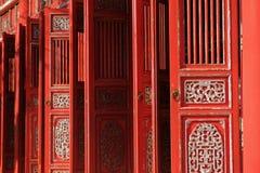 Tint/Vietnam, 17/11/2017: Rode sierdeuren in een traditionele pavillion in de Citadel complex in Tint, Vietnam royalty-vrije stock afbeelding