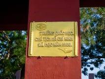 Tint, Vietnam - September 13 2017: Informatief teken in een gele plaat over een oranje colum, in de stad van Tint, Vietnam Royalty-vrije Stock Fotografie