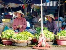 Tint, Vietnam - September 13 2017: Niet geïdentificeerde vrouw in de straten die die voedsel verkopen, in Tint in Vietnam wordt g Royalty-vrije Stock Foto's