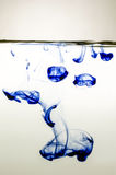 Tinta azul en agua Foto de archivo