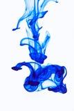 Tinta azul en el agua