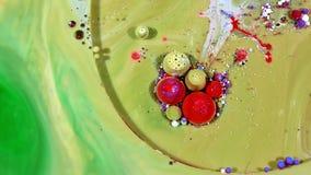 Tinta colorida del caos separada en el movimiento de la turbulencia del líquido y de las esferas almacen de metraje de vídeo