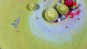Tinta colorida del caos separada en el movimiento de la turbulencia del líquido y de las esferas metrajes