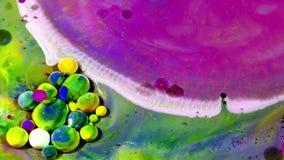 Tinta colorida del caos separada en el movimiento de la turbulencia del líquido y de las esferas almacen de video