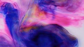 Tinta colorida en el agua, descenso de la tinta Tinta del movimiento en agua en el fondo blanco almacen de metraje de vídeo