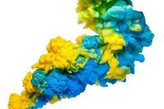 Tinta de acrílico colorida en el agua aislada en blanco abstraiga el fondo Explosión del color fotografía de archivo