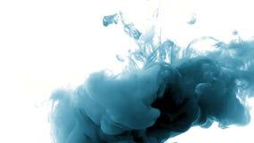 Tinta na água, abstrata, branco azul muito bonito do vídeo de movimento lento do efeito filme