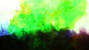 Tinta verde, azul e vermelha abstrata na água no fundo branco video estoque