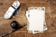 Tinta y pluma de la vendimia, fotos viejas y cámara Imágenes de archivo libres de regalías