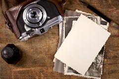Tinta y pluma de la vendimia, fotos viejas y cámara Imagen de archivo libre de regalías