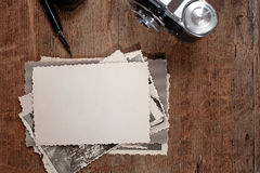 Tinta y pluma de la vendimia, fotos viejas y cámara Foto de archivo libre de regalías