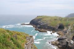 从Tintagel城堡的狂放的康沃尔海岸 免版税库存照片