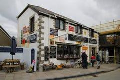 Tintagel, les Cornouailles, R-U - 10 avril 2018 : Visiteurs passant en revue l'outsid Photos stock