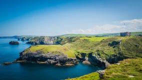 Tintagel slottlandskap i Cornwall, England med den Atlantic Ocean kustlinjen royaltyfria bilder
