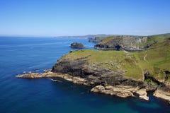 Tintagel /t ɪnˈtædÊ'É™l/of Trevena is een burgerlijke parochie en dorpskust van Cornwall, Engeland, het UK Stock Afbeeldingen